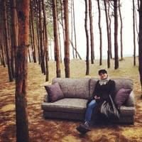 диван в лесу
