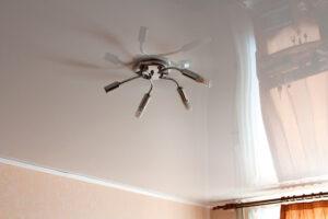 Преимущества глянцевых натяжных потолков